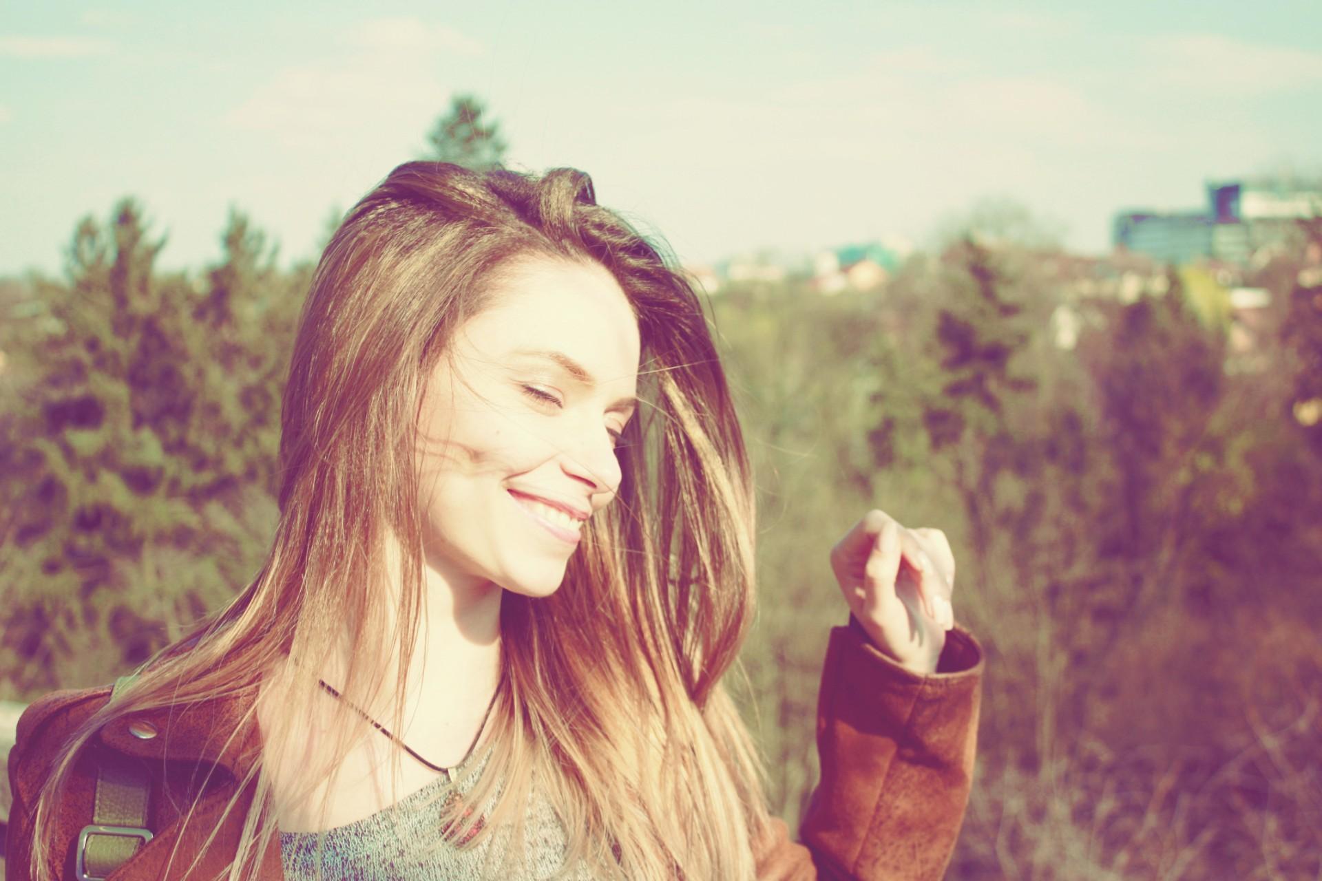 Fata frumoasa bucurandu-se de citate despre fericire