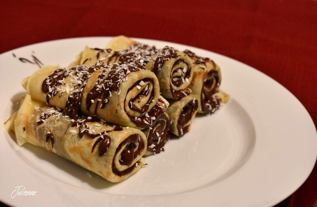 Clatite pufoase cu ciocolata in farfurie