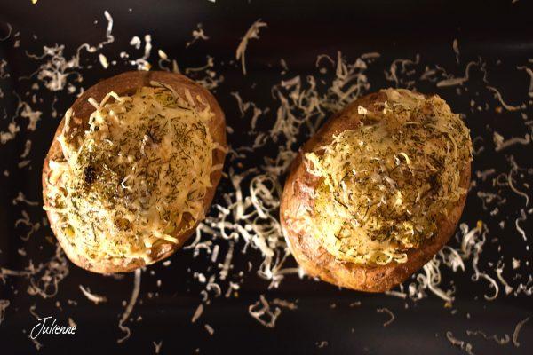 Cartofi copti în coaja la cuptor aromati si untosi