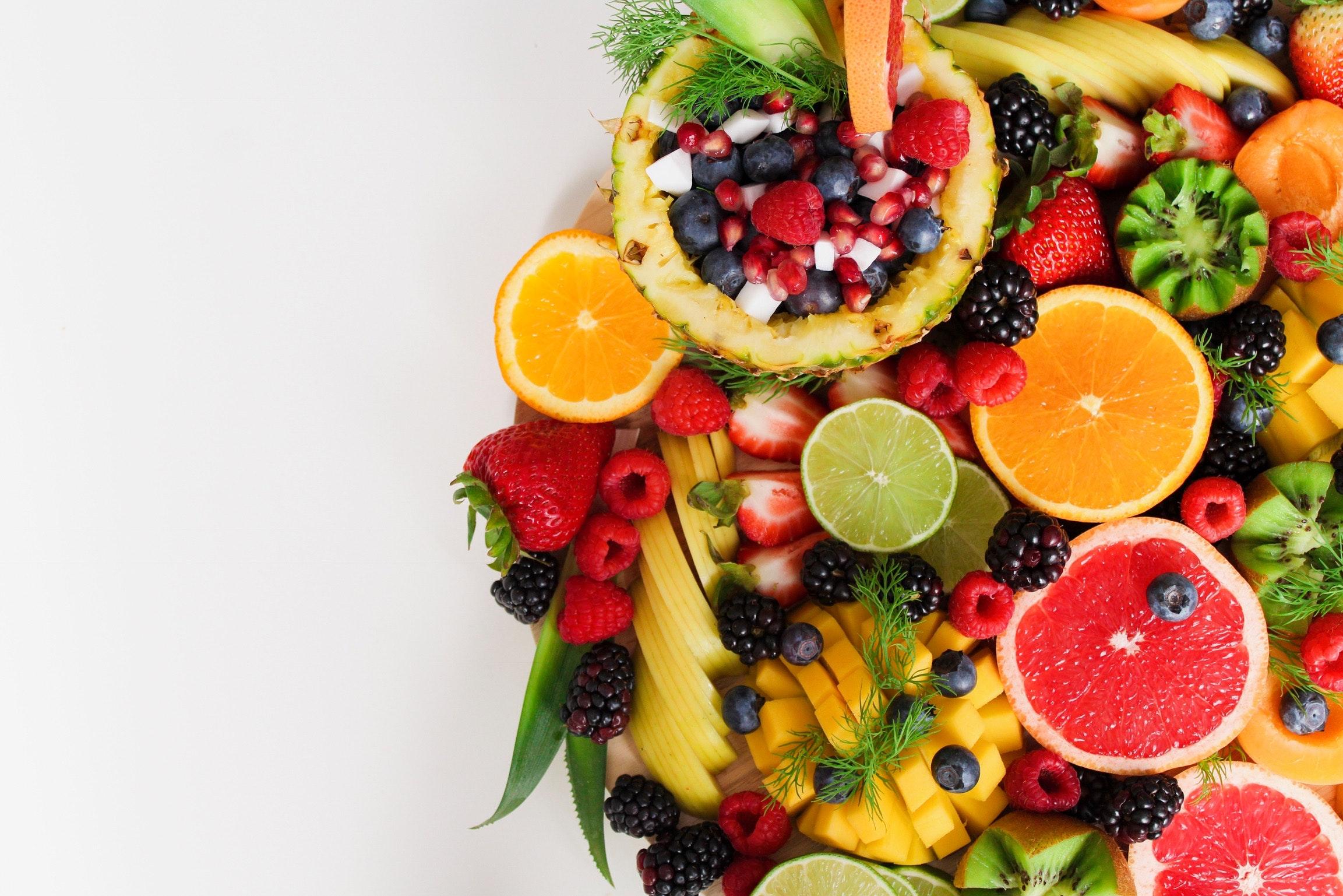 cata-apa-trebuie-sa-bem-din-fructe-si-legume