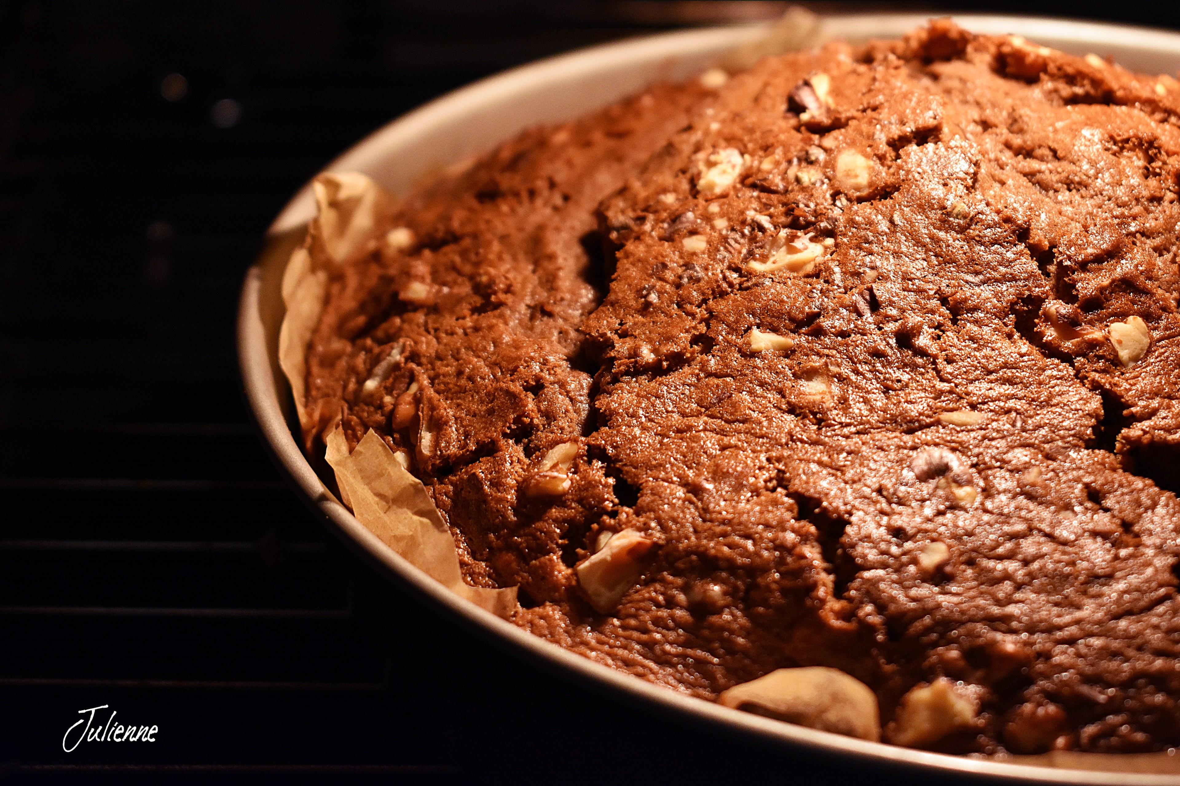 negresa pufoasa cu ciocolata si nuci in tava