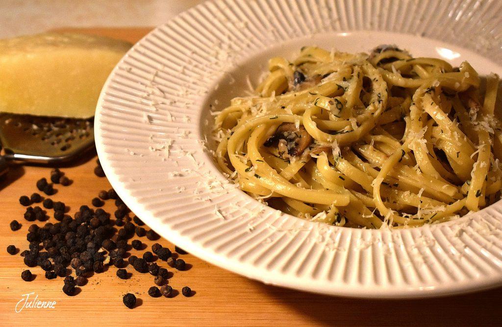 paste cu ciuperci si gorgonzola in farfurie