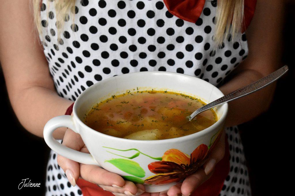 ciorba de legume in mana bucataresei