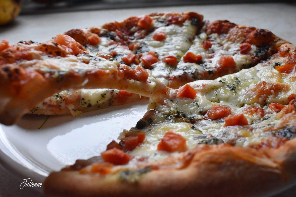 Pizza margherita pe farfurie